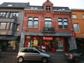 Instapklaar en zeer centraal gelegen appartement nabij de Markt van Tielt, bestaande uit: - inkom - toilet - leefplaats - open, volledig ingerichte ke