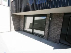 Nieuwbouw gelijkvloers appartement, gelegen tussen station en centrum, bestaande uit: - inkom - toilet - ruime leefplaats - open, volledig ingerichte