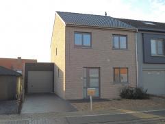 Moderne nieuwbouwwoning met oprit en garage - volledig aangelegde tuin & zonnig terras.   Bouwjaar 2013 - 208 M² totale oppervlakte & 9