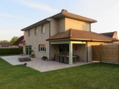 Uiterst rustig gelegen alleenstaande villa (Zuiderse stijl) met garage (mogelijk bij te bouwen 1 grote garage of carport) - parking 3 wagens - gezelli