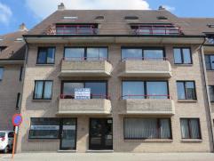 Hulstplein : Op wandelafstand van de markt. Een zeer ruim appartement (1ste verdiep) met fietsruimte en 2 terrasjes.  Indeling : Inkom - grote livi