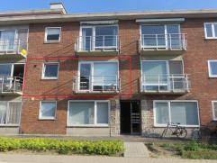 Een instapklaar geschilderd appartement (68 M²) op het 1ste verdiep met zuidgericht klein terrasje aan de voorkant. Indeling: inkom - apart toil