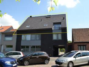 Exclusieve en luxueus afgewerkte duplex in het centrum te Tielt. Het appartement is gelegen op de 2de verdieping en bestaat uit: Leefniveau: inkom, ru