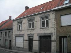 Zeer ruime woning (224 m² bewoonbare oppervlakte) bestaande uit inkom, ruime living, keuken, badkamer, berging, garage. Boven zijn 5 slaapkamers