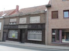 Ruime,te renoveren rijwoningin het centrum van WakkenIndeling:Benedenverdieping: voormalige handelsruimte, leefruimte, keuken