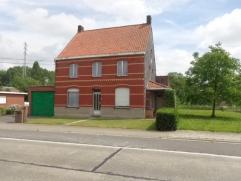 Te renoveren open bebouwing op 1849m² met bijgebouwen. Beschrijving: Heel ruime te renoveren karaktervolle woning met inkom, lichtrijke le