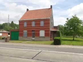 Te renoveren open bebouwing op 1849m² met bijgebouwen. Beschrijving: Heel ruime te renoveren karaktervolle woning met inkom, lichtrijke leefruimt