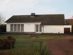 Alleenstaande bungalow met garage en tuin.Indeling:Inkomhal, L-vormige leefruimte, aparte keuken (*), berging/stookruimte, kelder, nachthal, badkamer