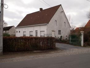 Bouwgrond met te renoveren of te slopen woning op een totale oppervlakte van 1 091 m².Ligging:Landelijk gelegen doch goede verbinding met E17 opr
