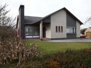 Ruime alleenstaande bungalow op een totale oppervlakte van 1088 m².Ligging:Gelegen in een rustige buurt doch goede verbinding met E17 oprit Kruis