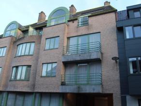 Appartement op de 4e verdieping, in centrum Tielt.Beschrijving: Het appartement beschikt over een lichtrijke leefruimte met open keuken. Deze is voorz