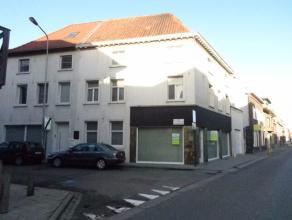 Heel ruime hoekwoning/handelshuis in centrum Wakken met garage.Winkelruimte, hal, leefruimte, keuken, droge grote kelder met aparte wijnkelder, garage