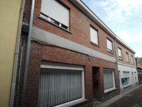 Ruime rijwoning gelegen in rustig straatje pal in Wingene centrum. De woning bestaat uit op gelijkvloers: inkom met trap naar eerste verdieping, woonk