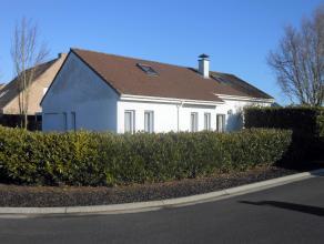 .Alleenstaande bungalow gelegen in een rustige woonwijk vlakbij het centrum van Wingene. De woning bestaat uit: inkomhal, woonkamer, keuken, ruime ber