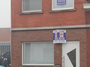 Gezellige, vernieuwde woning gelegen nabij het centrum en het station van Roeselare. De woning bestaat uit: inkom, bureau, woon- eetkamer met open keu