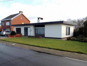 Alleenstaande woning (bungalow) nabij het centrum van Wingene. Bestaat uit: inkomhal met toegang naar garage en woon- eetkamer. Keuken met koele bergi