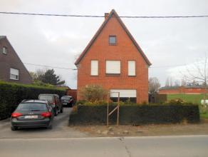 Ruime alleenstaande, heel rustig gelegen woning. De woning bestaat uit: op het gelijkvloers: inkomhal met toegang naar de woon- eetkamer. Keuken met a
