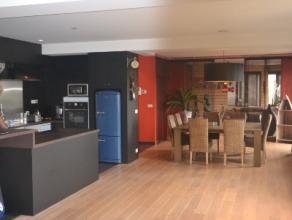 Deze prachtige, ruime loft bevindt zich vlakbij het bruisende centrum van Roeselare. De dichte aanwezigheid van het station maakt dat u een uitstekend