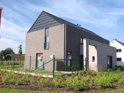 Ooigem-dorp biedt sport, cultuur en groen. Warenhuis op wandelafstand. Deze woning omvat een ruime inkomhal met toilet, woonruimte met open keuken, be