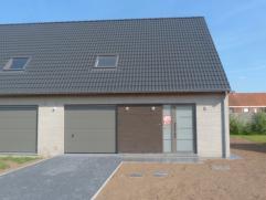 Deze nieuwbouwwoning omvat een inkom met gastentoilet, een ruime living met zicht op tuin en terras en een prachtige open ingerichte keuken voorzien v