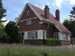 Deze ruime te renoveren woning is gelegen op een prachtig zuidgeörienteerd stuk grond van 1751m². De woning omvat een inkom, living met hoge
