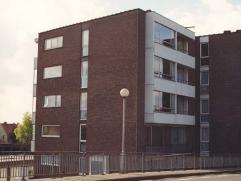 Dit uiterst ruim appartement gelegen op het 3de verdiep omvat ruime inkomhal met gastentoilet en vestiairekast, living, vernieuwde keuken voorzien van