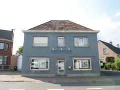 Deze alleenstaande woning met handelsruimte situeert zich nabij het station van Zingem. Scholen, winkels en openbaar vervoer bevinden zich in de onmid