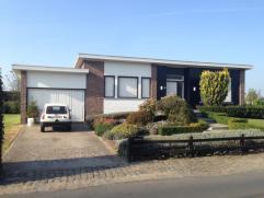 Nabij het centrum van Deinze vinden we een instapklare bungalow. Deze bungalow omvat: inkomhal, living, eetplaats, ingerichte keuken, berging, kelder,
