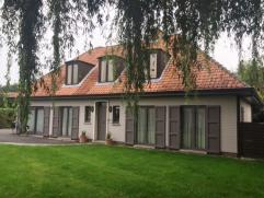 Deze prachtige villa omvat een inkom, toilet, bureel, ruime living in rustieke stijl, vernieuwde keuken voorzien van alle comfort, praktijkruimte en s