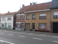 Deze te renoveren woning is gesitueerd nabij het centrum van Olsene. Vlotte verbinding naar Deinze, Waregem en autosnelweg E17.De woning omvat op het