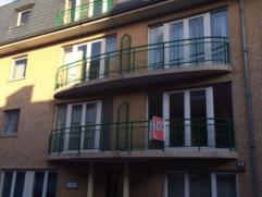 In het centrum van Deinze vinden we dit instapklaar appartement op de 1ste verdieping. Het appartement omvat: inkomhal, leefruimte met open, ingericht