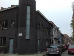 Deze ruime nieuwbouwwoning is rustiek gelegen nabij het nieuwe gerechtsgebouw van Gent. De ligging geniet tevens van goede verbindingen naar de belang