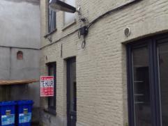 Deze charmante woning, geniet van een bevoorrechte ligging, op wandelafstand van het commerciële en historisch centrum van Gent, vlakbij openbaar