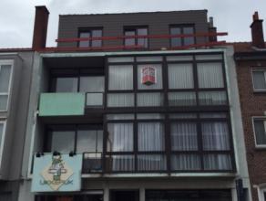 Dit instapklaar appartement, gelegen op de 2de verdieping, is gesitueerd nabij het centrum van Deinze en heeft een vlotte verbinding met de belangrijk