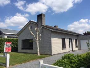 Gezellig en ruime bungalow in Wargem.Deze lichtrijke woning omvat een inkomhal met apart toilet, gezellige living met eetkamer met aanpalend een recen