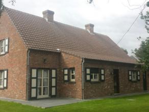 Dit landhuis is gelegen op fietsafstand van Oostakker Dorp, en tevens in de nabijheid van R4 (die verbinding geeft naar E17 en E40).De woning (bew. op