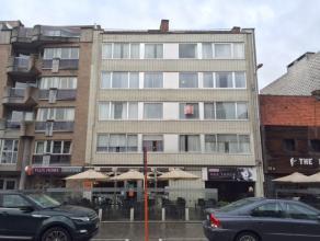 Pal in het centrum van Deinze vinden we op de 2de verdieping dit 2-slaapkamerappartement.Indeling: inkomhal, lichtrijke leefruimte, keuken, grote berg