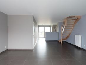 Deze recente duplex omvat inkom, ruime lichtrijke living met open keuken en toegang tot het terras, berging, apart toilet, 2 slaapkamers en een ingeri