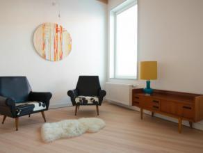 Deze bemeubelde woning is gelegen op wandelafstand van het centrum van Gent en omvat op het gelijkvloers de leefruimte met vloerverwarming. Op de eers