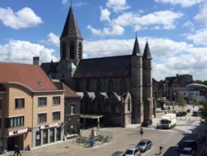 Dit ruime en lichtrijke appartement, gelegen op de Markt te Deinze, geniet van unieke uitzichten. Het energiezuinige (EPC: 212kWh/m²) appartement