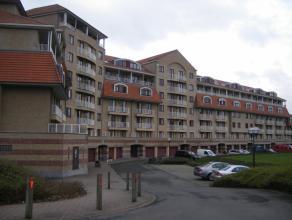 Het appartement op de 4de verdieping omvat: inkomhal, apart toilet, lichtrijke leefruimte, ingerichte keuken, berging, 2 ruime slaapkamers, badkamer m