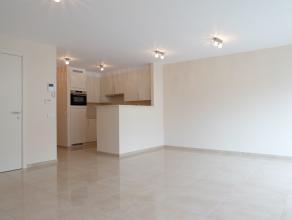 In Residentie Donsa, gelegen in de winkelstraat van Deinze, bevindt zich op de 1ste verdieping dit nieuwbouwappartement met 2 slaapkamers. Winkels, sc