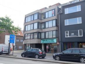 In het centrum van Deinze nabij station en vele invalswegen vinden we op de 3e verdieping dit gezellig 2-slaapkamerappartement. Het appartement omvat