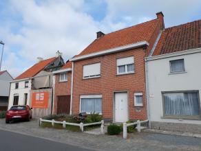 Nabij het centrum van Waregem vinden we deze goed onderhouden ruime woning. De woning beschikt over een inkom, ruime lichtrijke woonkamer met houtkach