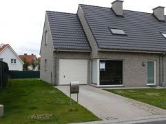 Aparte inkom met toilet en trap, rechthoekige living van +/- 29 m², volledig ingerichte open keuken met elektrisch kookfornuis, berging, uitgerus