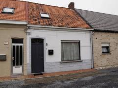 Knusse woning, gelegen in een steegje, bestaande uit : gezellige living met open haard, ingerichte open keuken met elektrisch fornuis, oven en spoelba
