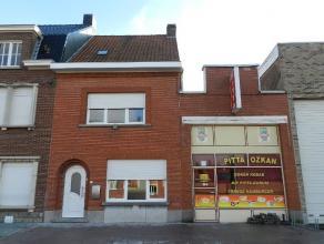Volledig vernieuwde woning met commerciële ruimte, uitstekend gelegen langs de oude baan Gent-Kortrijk, bestaande uit :|- Woonhuis : ruime &