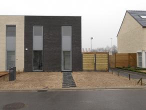 Recente woning, gelegen nabij centrum en E-17, bestaande uit : aparte inkom met toilet, lichtrijke living met zicht op de tuin, volledig ingerichte op