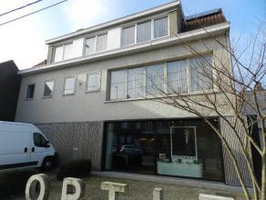Instapklare en zeer ruime bel-etage woning, bestaande uit : aparte inkom met trap,ruime living van 60 m² met parketvloer en open haard, vol