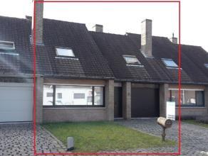 Gezellige halfopen woning, bestaande uit : aparte inkom met toilet en lavabo, rechthoekige living met zicht op tuin van +/- 40 m², eenvoudig inge